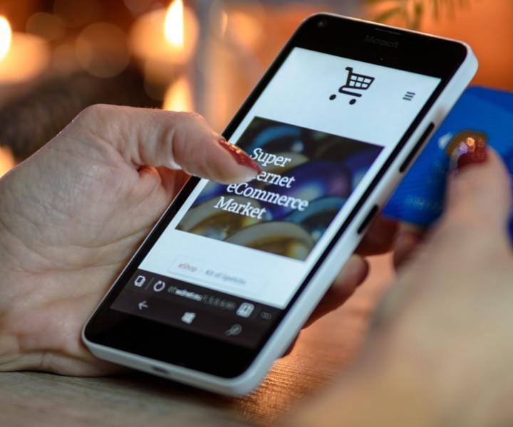 Aprire un negozio online può essere davvero un investimento remunerativo. In questo articolo vediamo allora come funzionano gli e-commerce, come aprirne uno e quali strategie di marketing applicare perché il nostro shop abbia successo.